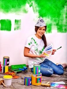 Kobieta malująca ściany