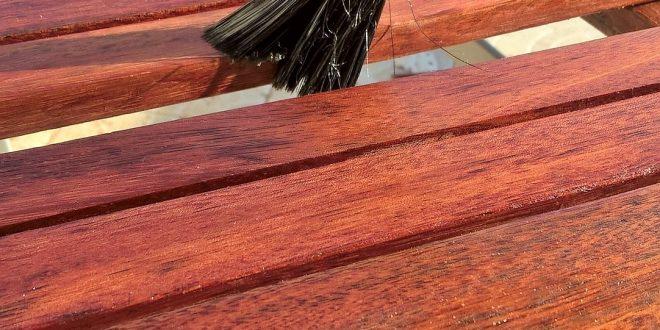 Jak bezpiecznie lakierować meble ogrodowe